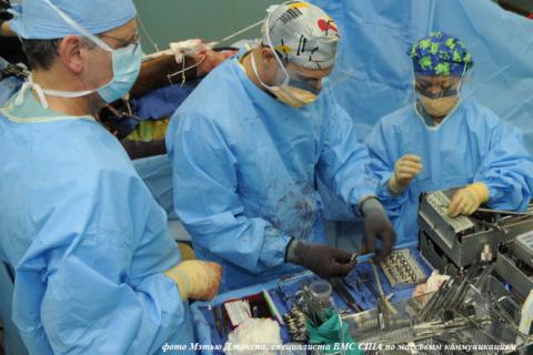 Хирургическая бригада выполняет открытую операцию по накостной фиксации бедра
